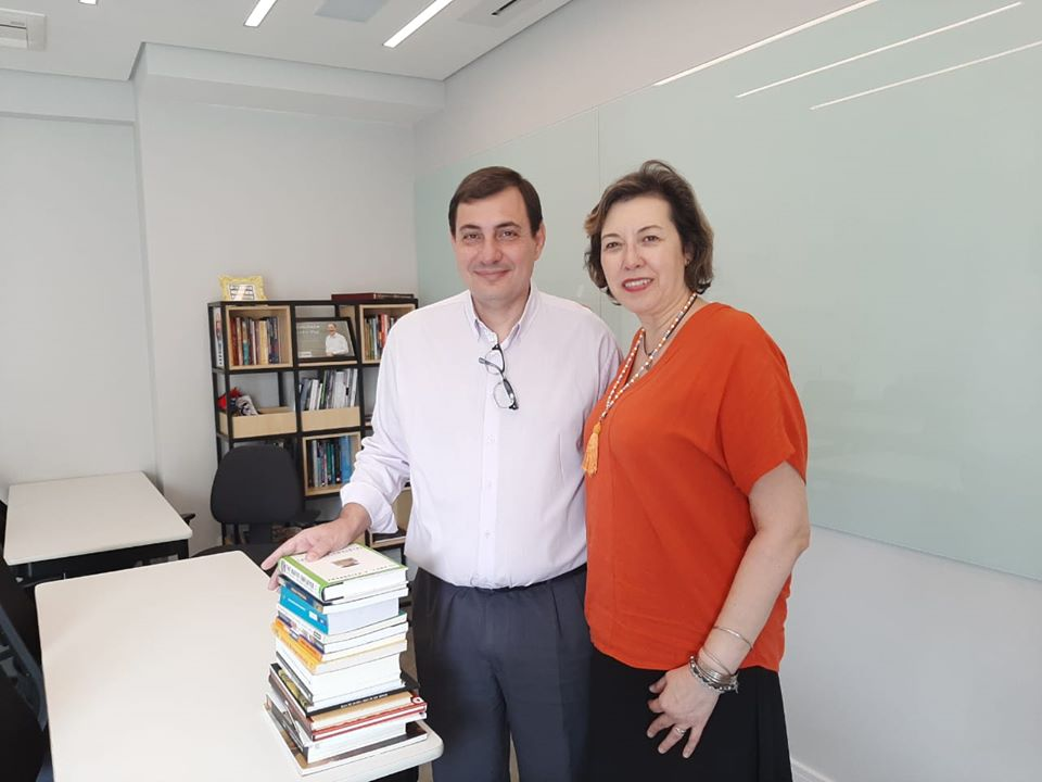 ABRAFAC doa livros para Biblioteca da FS Educa